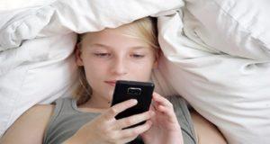 دراسة تؤكد أن استخدام الهواتف الذكية قبل النوم تحرم الإنسان من النوم الهانئ ..