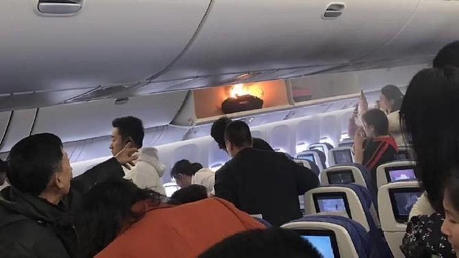 بالفيديو: باور بانك تشتعل فيه النيران فجأة على متن طائرة