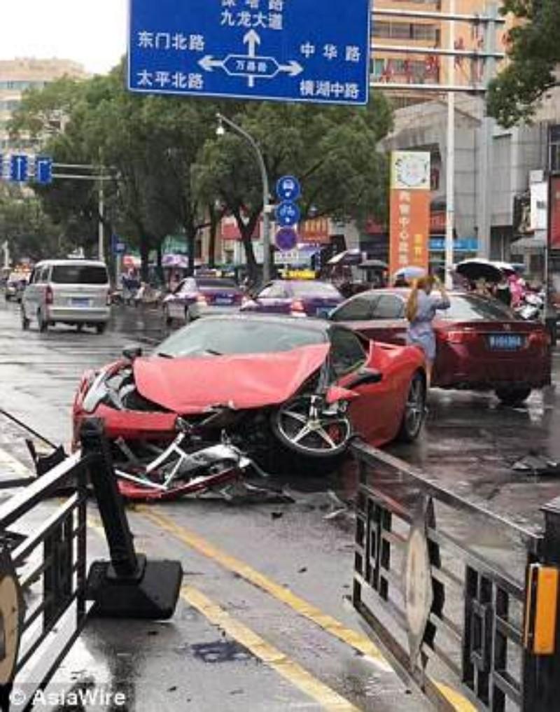 سيدة صينية تحطم سيارة فيراري بعد استئجارها بدقائق