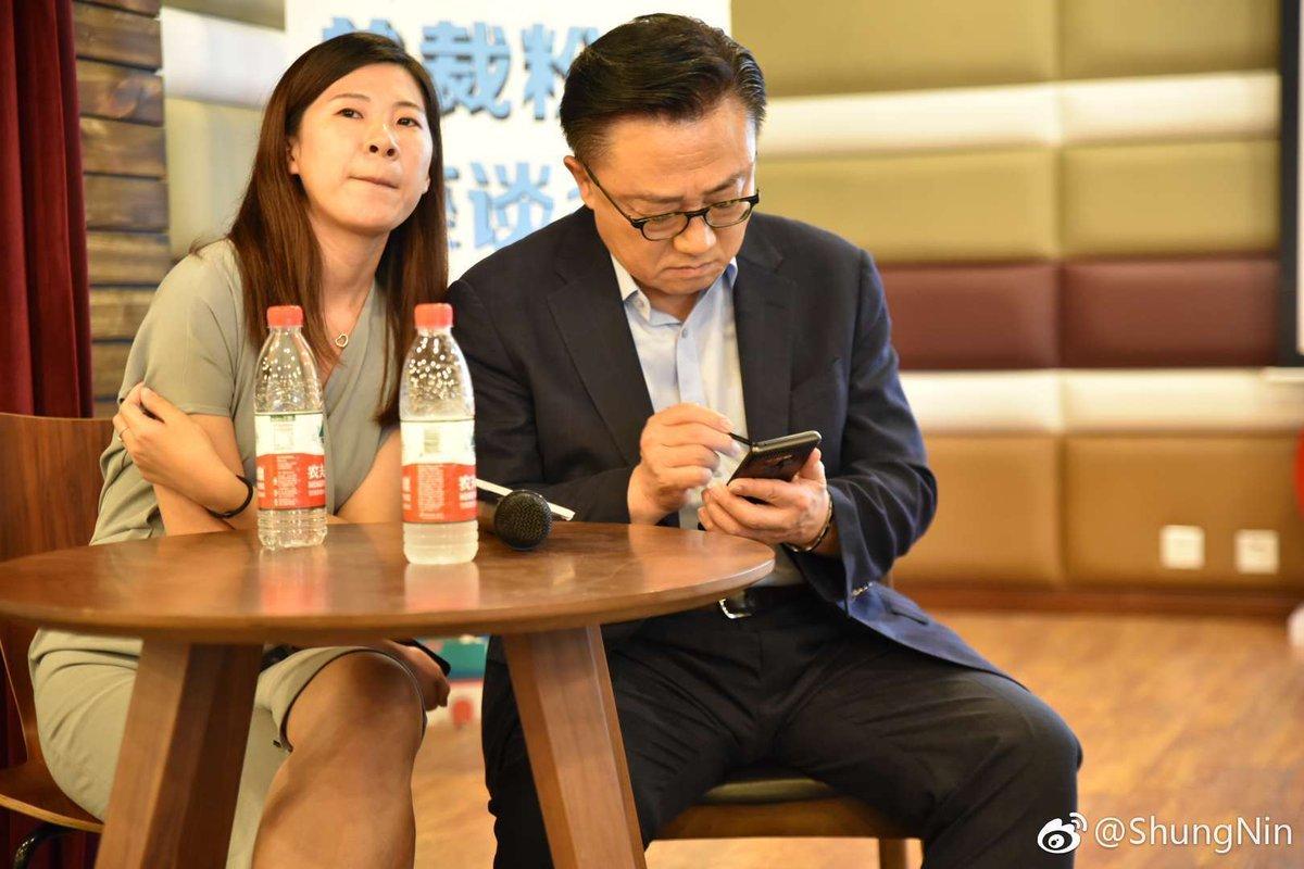 """""""صورة"""": نوت 9 يظهر بشكل مفاجئ في يد رئيس سامسونج"""